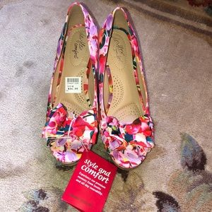 Floral wedge NWT